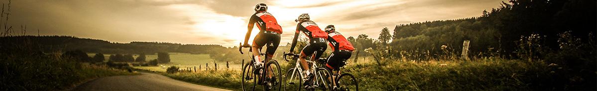 Wielrenners fietsen door een prachtig landschap