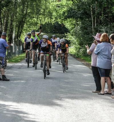 Euforische wielrenners in het bos