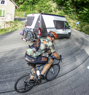 Camper met fietsenrek en deelnemer