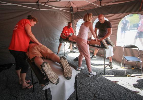 De masseurs zorgen voor de sportmassage